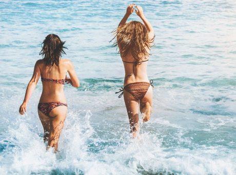 Σύο νέες γυναίκες με μαγιό ετοιμάζονται να βουτήξουν στη θάλασσα