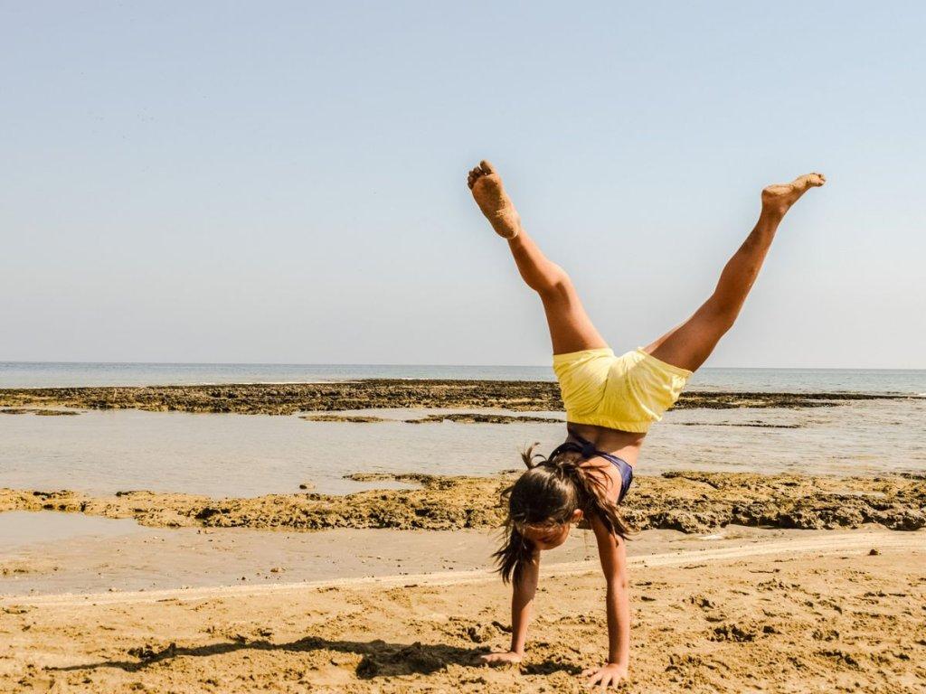 Νέος στην παραλία που κάνει ασκήσεις