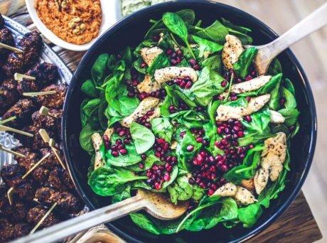 Σκεύος με πράσινη σαλάτα, σπόρους ροδιού και Σπιρουλίνα flakes
