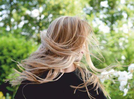Γυναίκα με υγιή και λαμπερά ξανθά μαλλιά