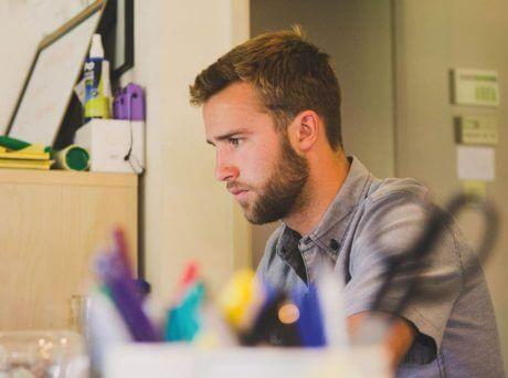 Νεαρό αγόρι διαβάζει στο γραφείο του