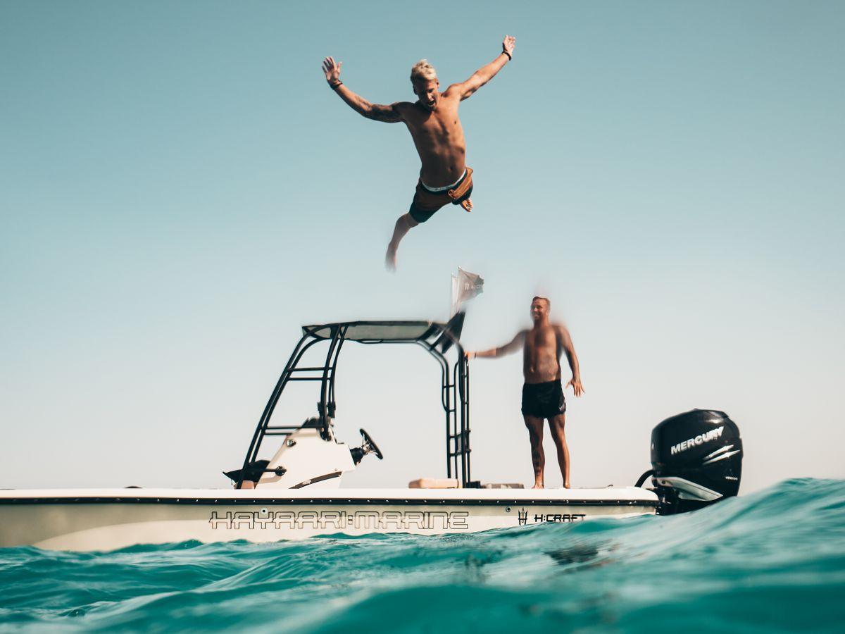 Νεαρός ξανθός άνδρας πέφτει στη θάλασσα για βουτιά