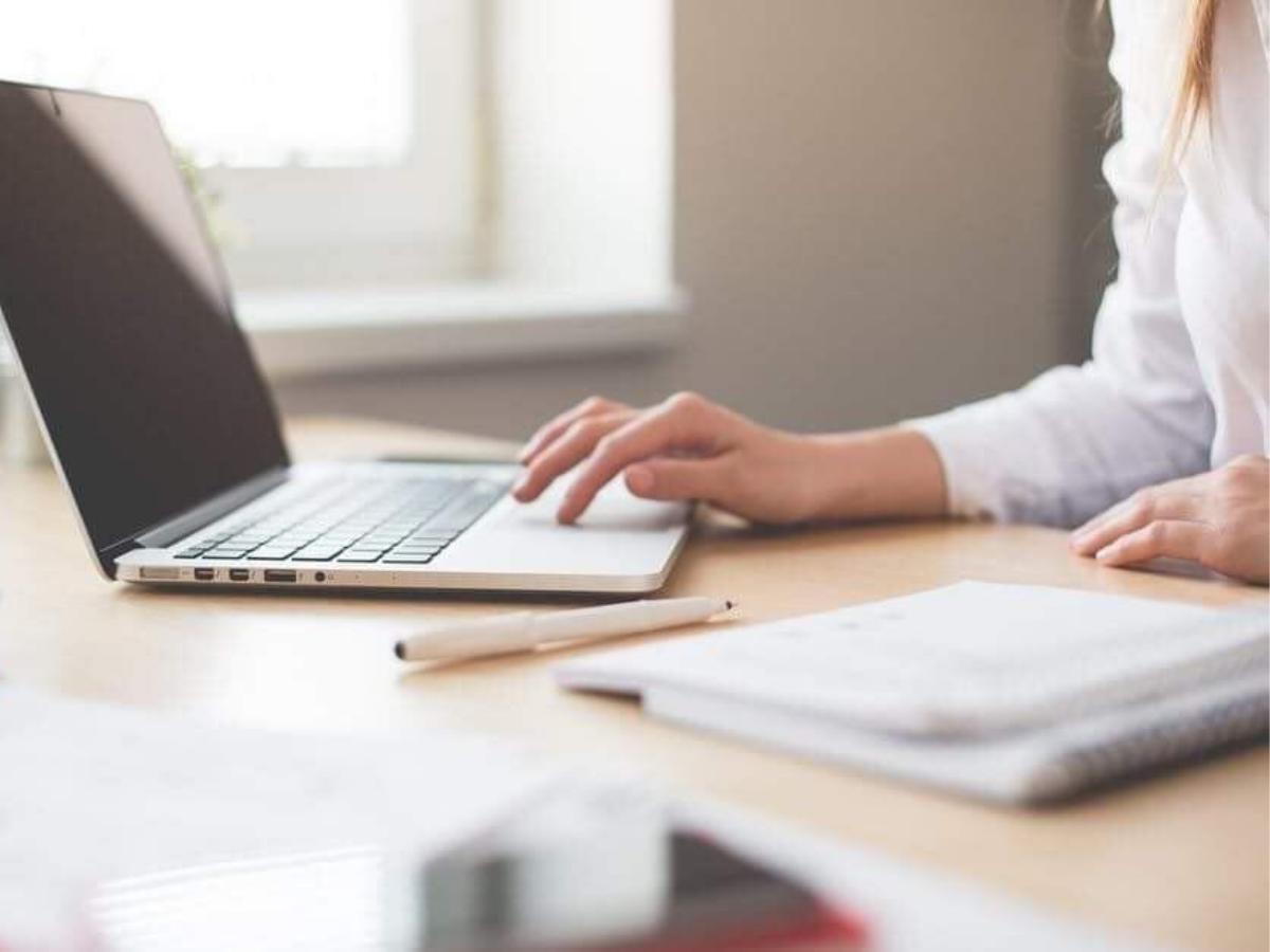 Γυναίκα στο γραφείο μπροστά από τον υπολογιστή