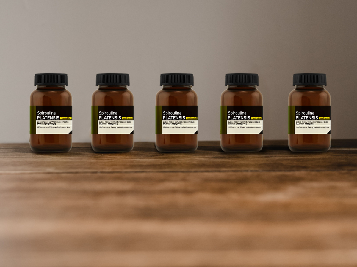 5 γυάλινα μπουκαλάκια Spiroulina PLATENSIS σε ξύλινο πάγκο