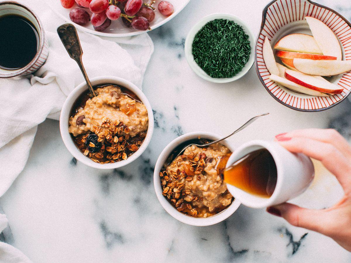 Πρωινό με φρούτα, μέλι, δημητριακά και Σπιρουλίνα flakes