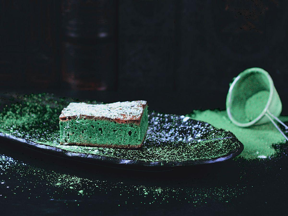 Πράσινο κέικ σε μαύρο πιάτο