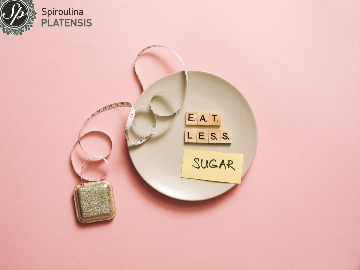 Φωτογραφία με πιάτο που γράφει eat less sugar με μία μεζούρα