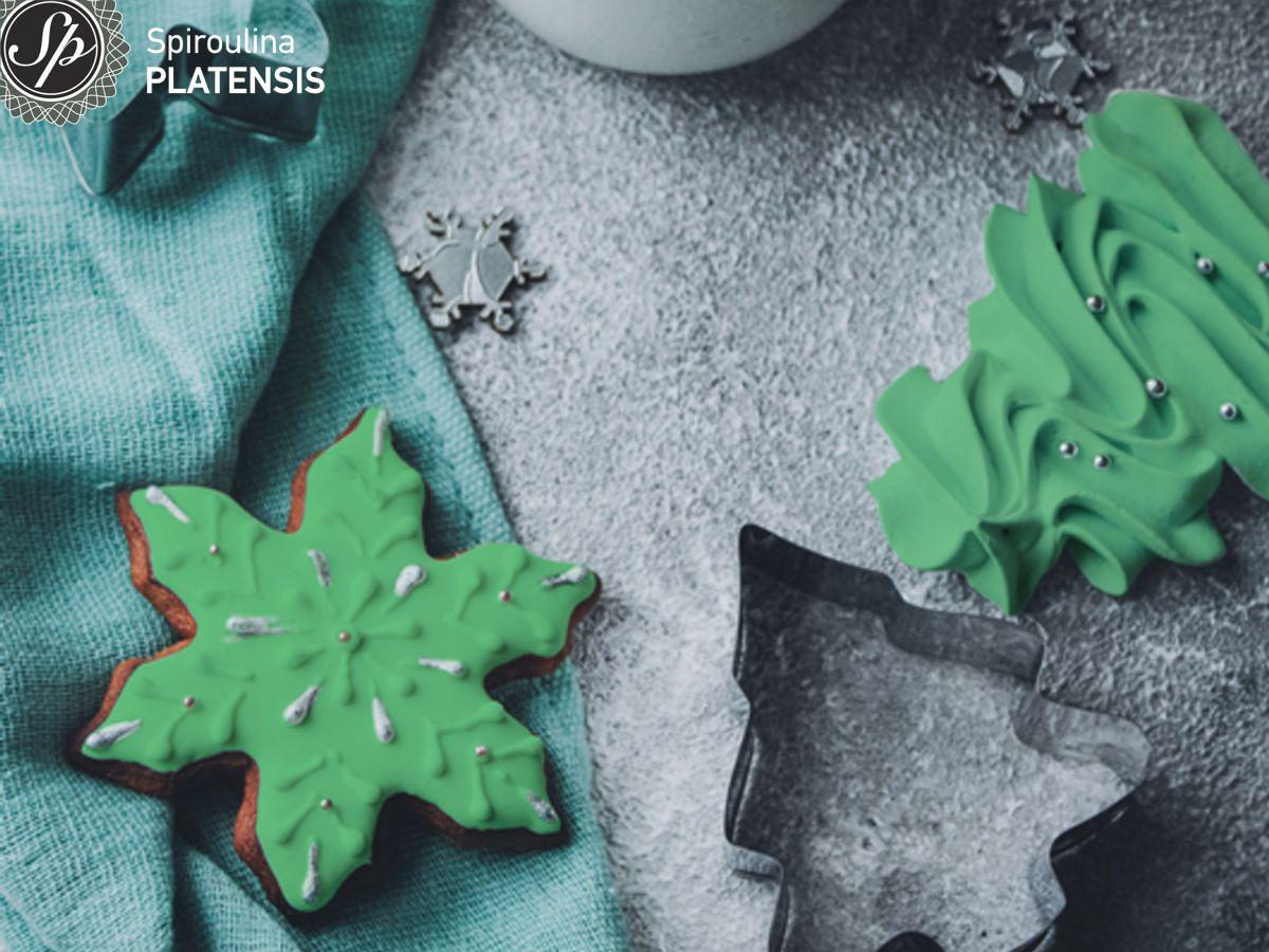 Μπισκότα με διάφορα χριστουγεννιάτικα σχέδια & πράσινο γλάσο