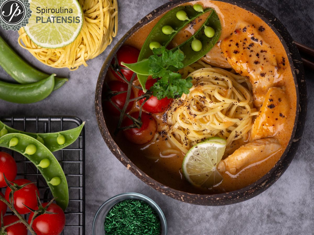 Σούπα σε coocnut μπολ με κολοκύθα , λινγκουίνι & Σπιρουλίνα flakes