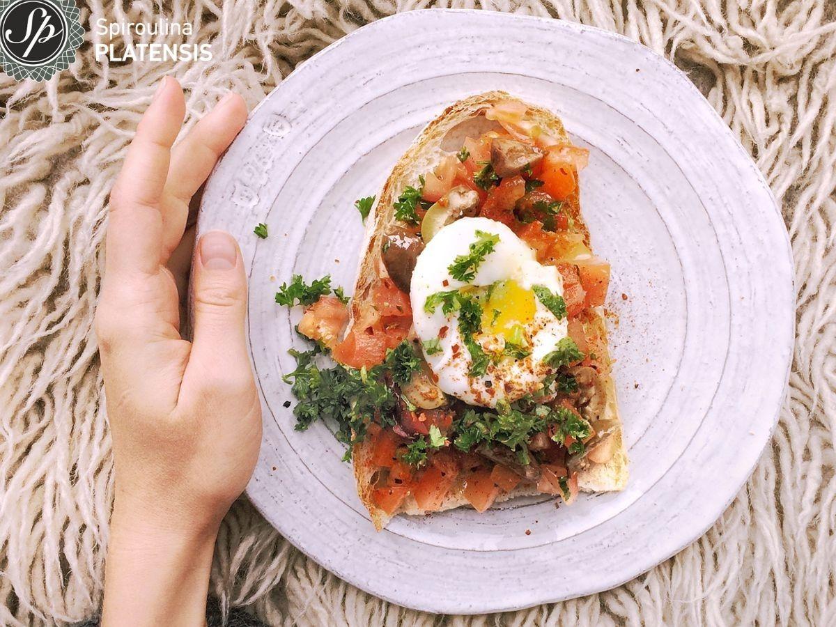 Πιάτο με σολομό, αυγό & Σπιρουλίνα flakes