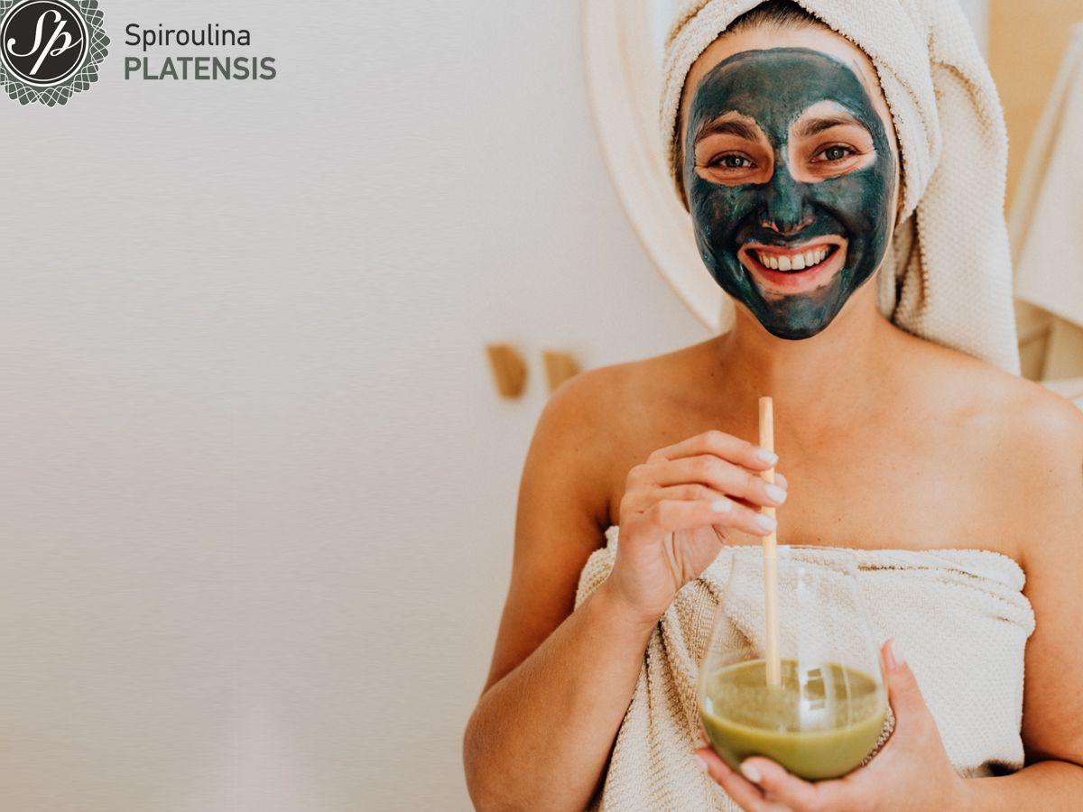 Νεαρή γυναίκα με πράσινο scrub στο πρόσωπο που πίνει ένα Sp Latte