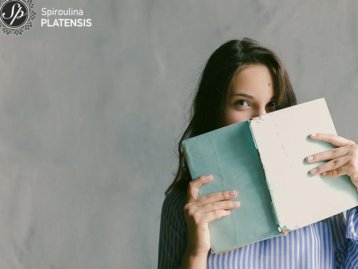 Κοπέλα που κρατάει βιβλίο