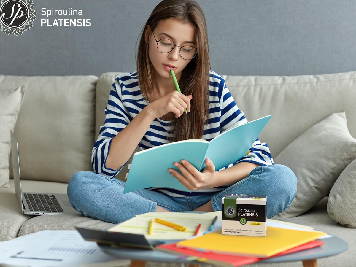 Νεαρή κοπέλα διαβάζει για τις πανελλήνιες