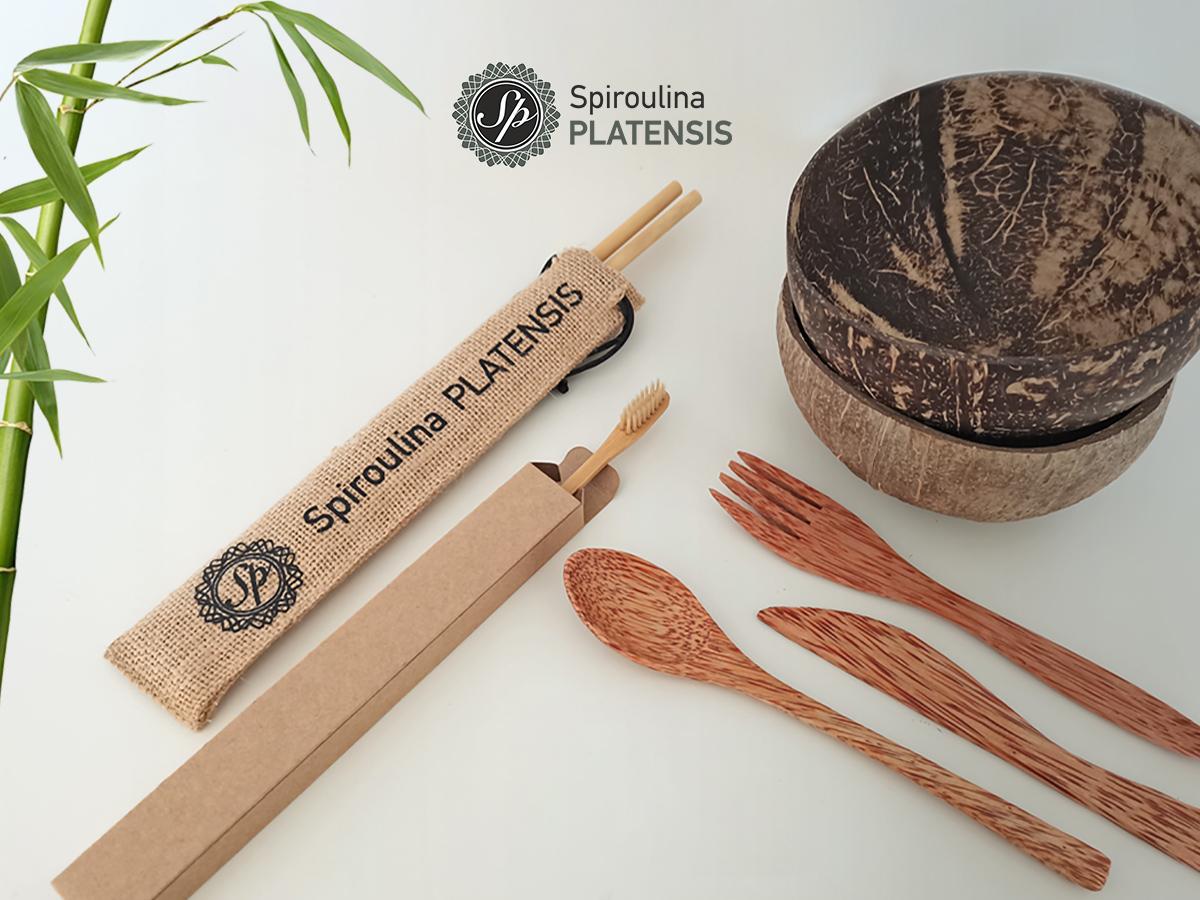 Τραπέζι με μία bamboo οδοντόβουρτσα, δύο vovonut bowls, bamboo καλαμάκια, bamboo οδοντόβουρτσα