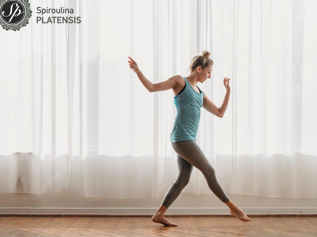 Γυναίκα με αθλητικά ρούχα και υγιές σώμα
