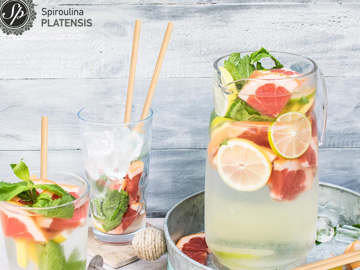 Ποτήρια με νερό και φρούτα για αποτοξίνωση που πίνουμε με καλαμάκι