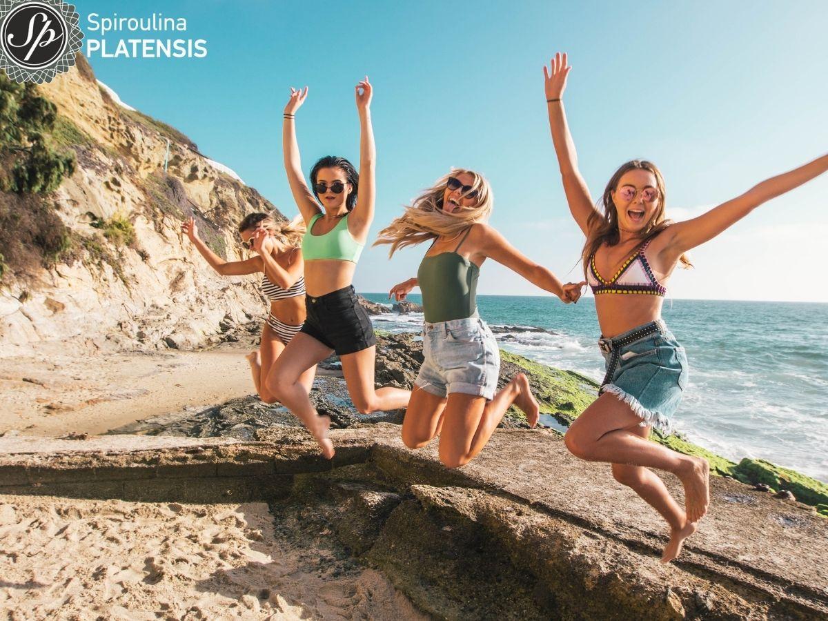 4 κορίτσια που πηδάνε ψηλά σε μία παραλία