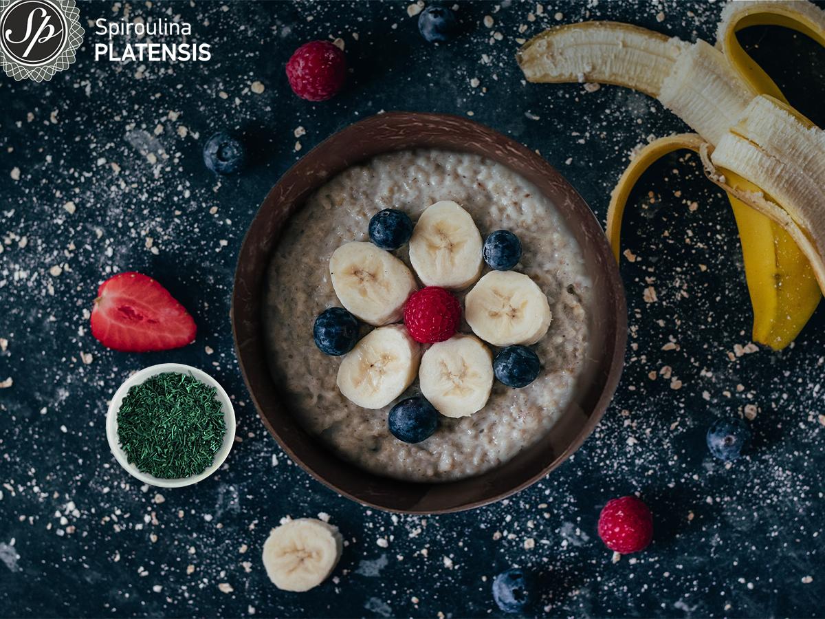 Μπολ με βρώμη, μούρα, μπανάνα και σπιρουλίνα flakes
