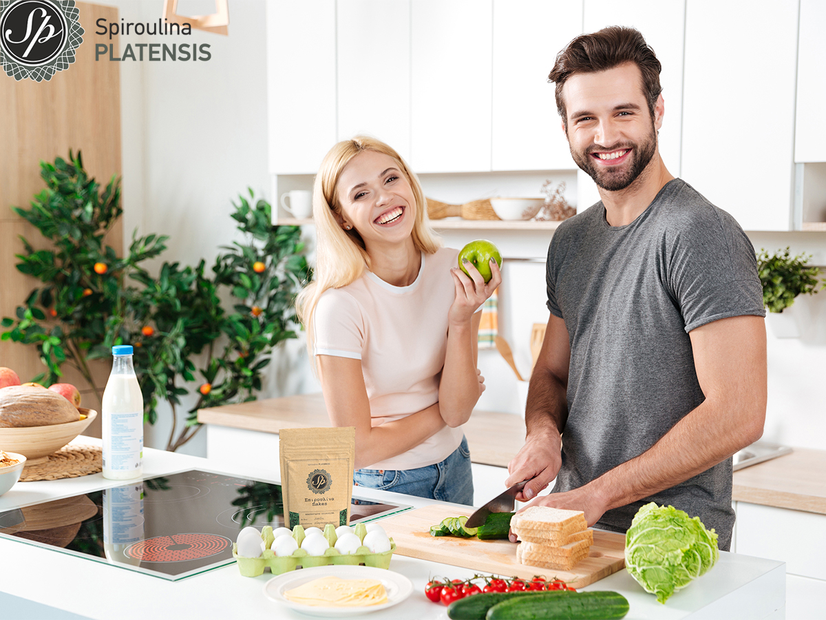 Νεαρό ζευγάρι που ετοιμάζει ένα υγιεινό γεύμα